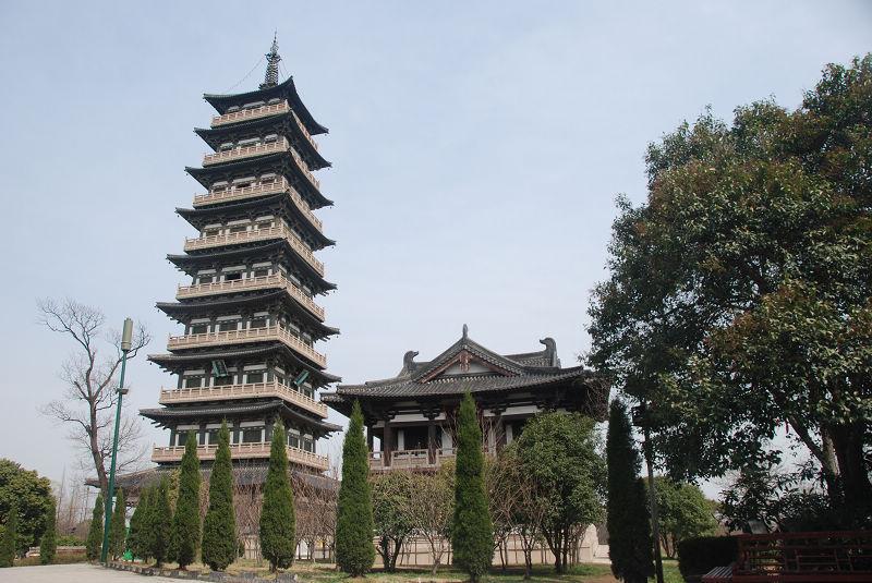 扬州建筑设计院聘请潘德华带领工程技术人员,根据有关栖灵塔的点滴